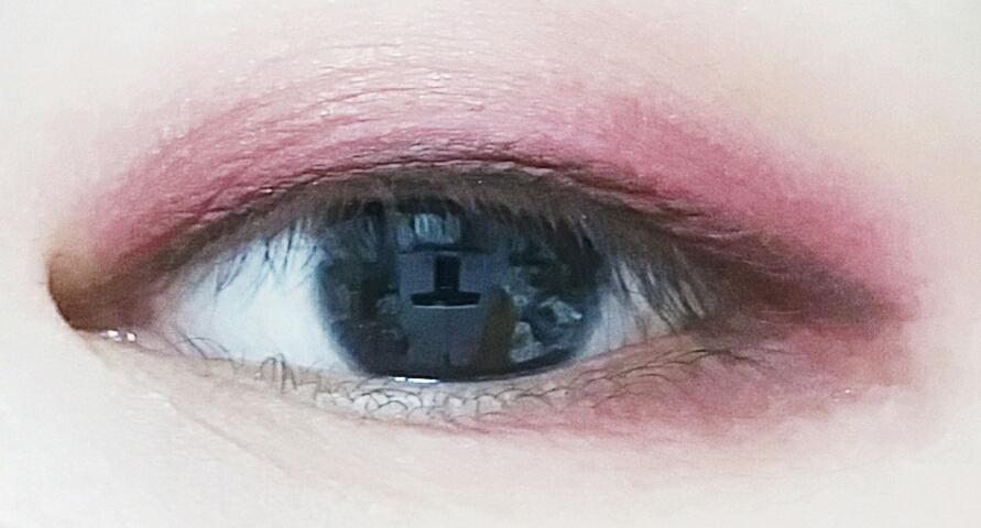 발색샷임돠!ㅎ 너무 눈만둥둥떠서 아이라인도 그려보았습니다..ㅎ 역시 분홍하고 그르네요.. 섞어쓰는걸로...ㅎ