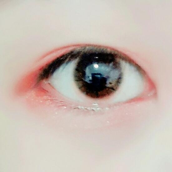 주스바의 일곱번째 쨍한 오렌지색상의 컬러를 언더삼각존과 눈꼬리쪽 눈앞머리쪽에 발라줄게욤