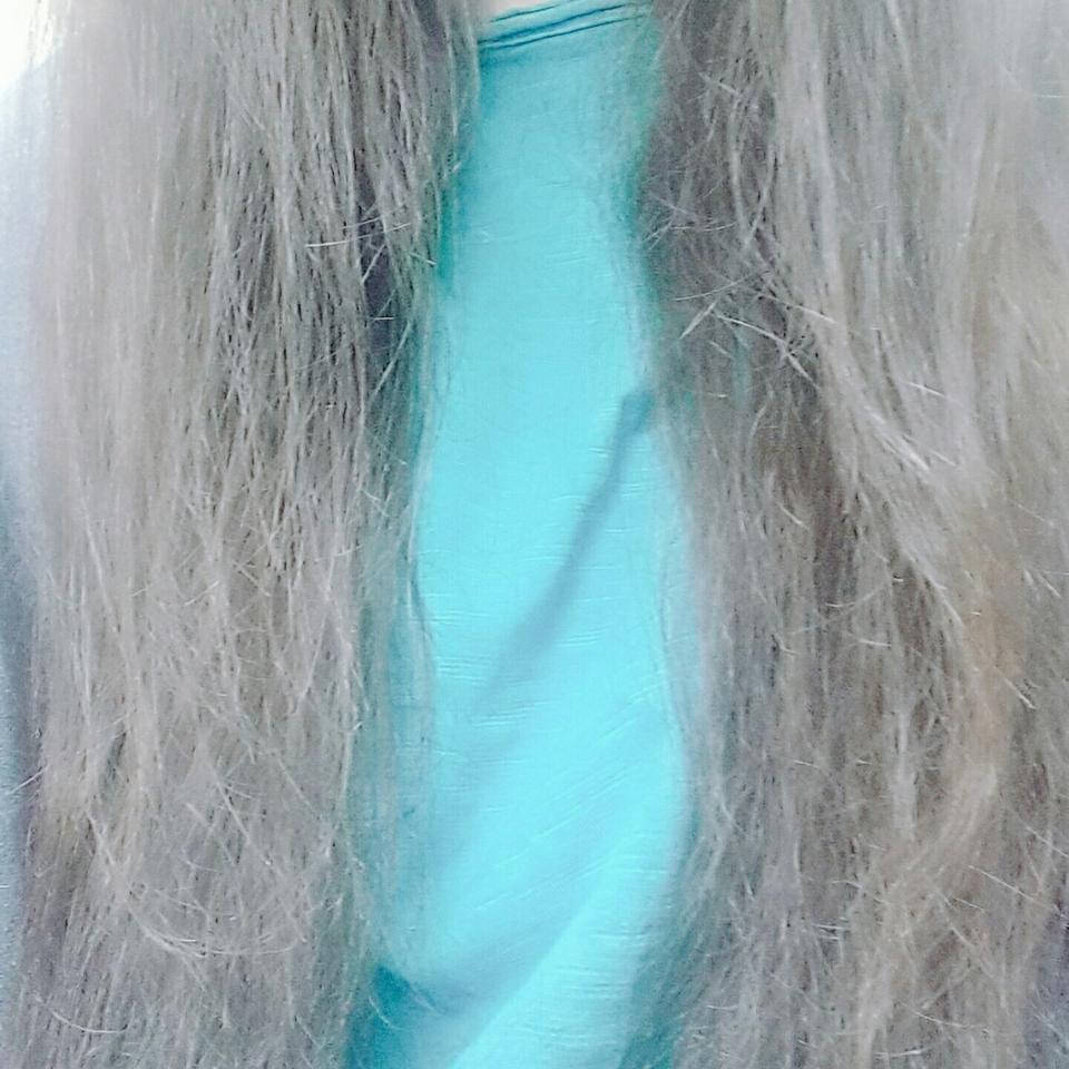 에센스를 머리에 바르기 전 사진입니다. 머릿결이 좀..... 안 좋죠.....? 머리 감고 수건으로만 말린 상태인데 평소보다 부스스한게 더 심하네요ㅠ