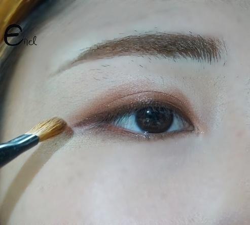 그리고 브러쉬에 남은 잔여량으로 눈 중앙을 제외한 아이홀에 발라줄게요. 눈매가 깊어보이는 효과를 줍니다.