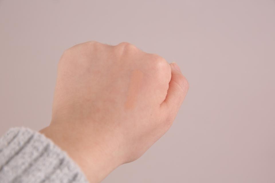 손등에 발색해봤어요 저랑 딱히 맞는거같진 않아여ㅠㅠㅠㅠ저한텐 바닐라가 맞나봐여ㅠㅠ