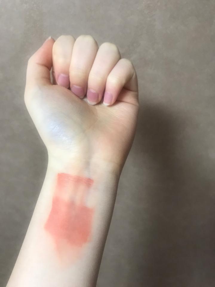손목 발색을 하고나서 바로 지웠는데도 이렇게 착색이 ㅎㄷㄷ..그만큼 지속력이 정말 좋아요 저는 지속력을 정말 중요시 생각하는데 이 제품에 마음에 들었던 점중 하난것 같아요! 착색을 싫어하시는 분들께는 비추!
