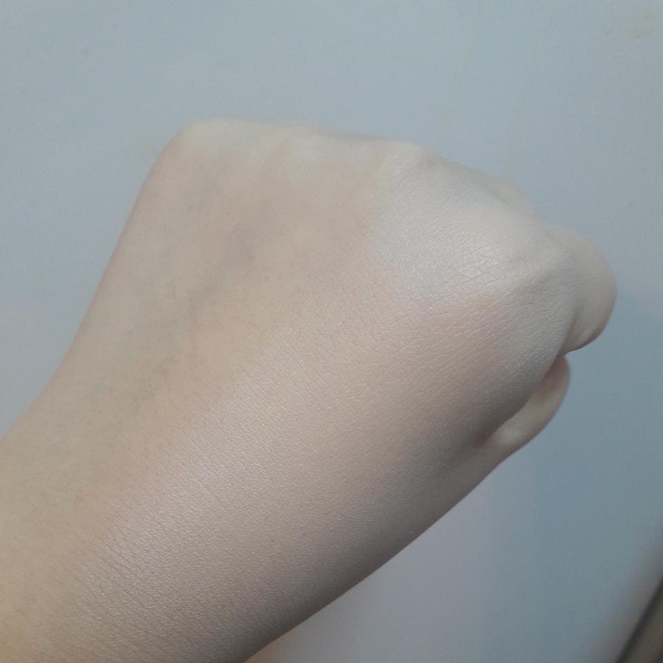 손등에 발라보니 왜 보정파데인지 알겠더라구요 주름사이사이에 파데가 매꿔주면서 매끈한 피부를 만들어 주는데 너무 두껍게 발리지 않고 가볍게 발려서 균일한 피부를 만들어 주네용