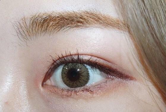 훌라는 없는 편이지만 뛰어난 착용감도 아닌.. 정말 아주아주 저렴한 가격이라 가성비 따지면 굉장히 추천하는 렌즈에요 👏👏  밝은 브라운 렌즈, 신비로운 느낌을 원하는 분들, 포인트 렌즈를 찾는 분들께 추천해요 💛