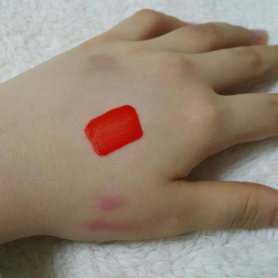 손등에 1번 발색해봤어요! 정말 빨강에 색도 한번에 발색이 잘되는편이예요!  이제 착색을 볼까요??
