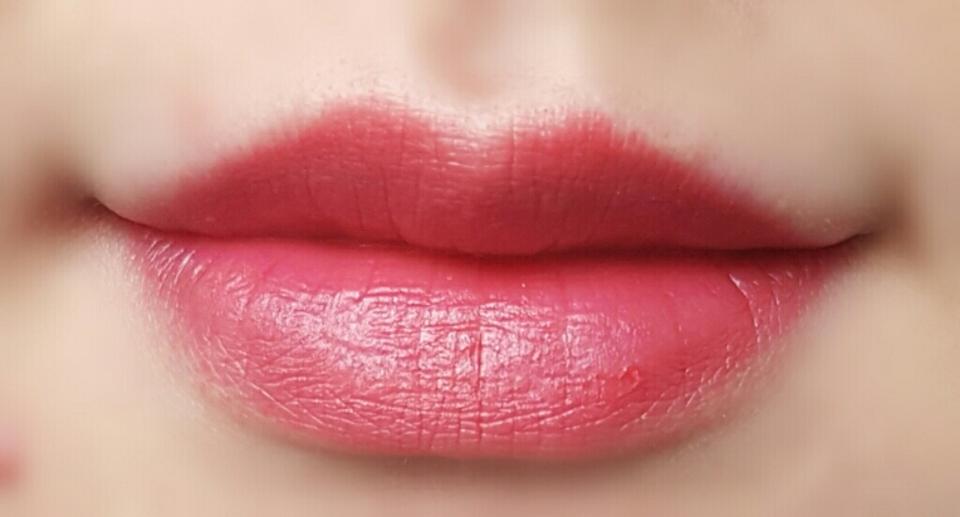 그래도 입술이 발랐을 때에는 립라인과 안쪽입술의 약간 차이가 보여요!! 보이시나요..?ㅋㅋㅋㅋㅋㅋㅋㅋ 이 립은 각질제거를 제대로 해주고 발라야 할 것 같아요..각질부각이 엄청나요...