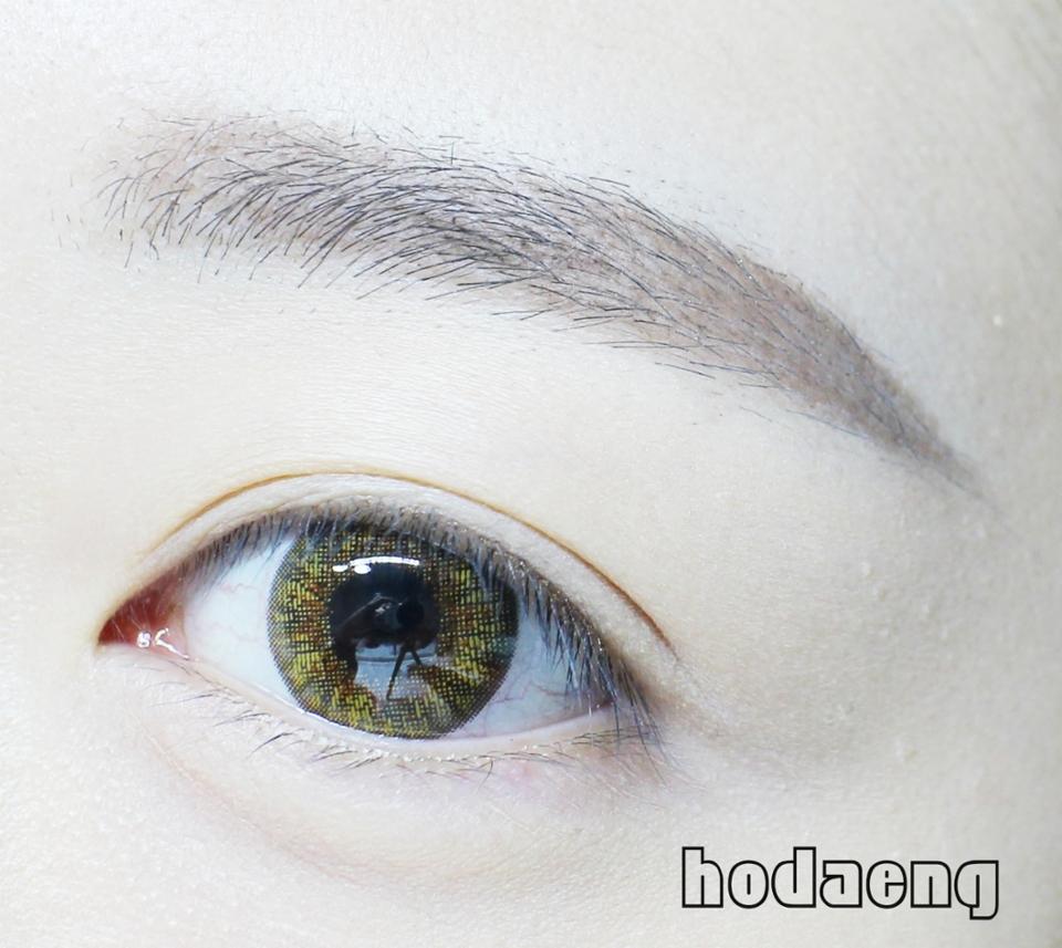 서클라인도 뚜렷하게 잡힌 #렌즈 는 아니어서 자연스러운 눈동자를 연출해 줍니다~ 봄 / 여름에 착용하기에 좋은 #브라운렌즈 이니까 어서어서 매장가보시길><