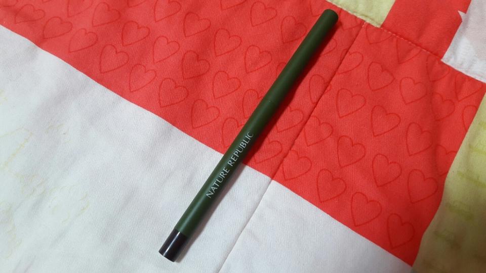 겉면은 초록초록하고 꽁무늬에 색상을 볼 수 있는 색이 있어요! 디자인은 정말 깔끔하니 좋은듯 해요 ♡