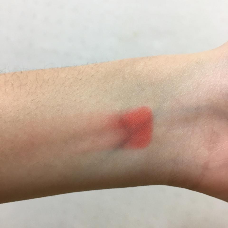 손목에 스윽 그어봤어요! 손목에서는 이래도 브러쉬로 하면 진짜 뭉침 1도 없이 예쁘게 발색 돼요!! 펄감이 없는 무펄의 레드블러셔예요!