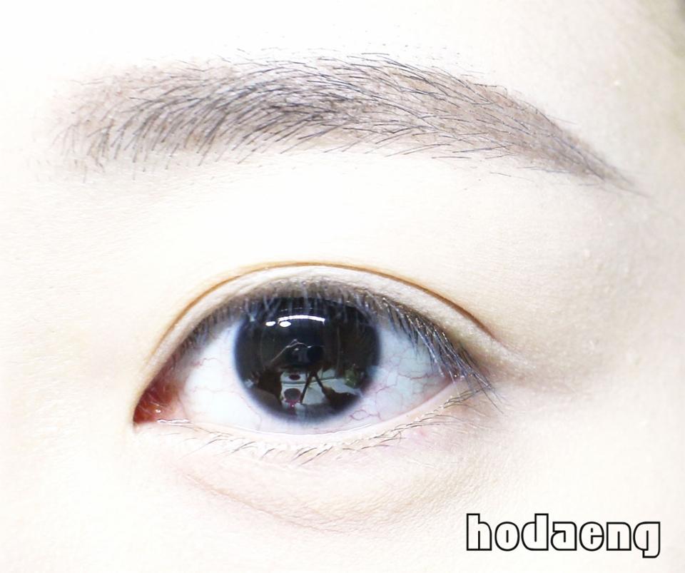 밤에 촬영을 했기 때문에 눈에 충혈은 양해바라요ㅠㅠㅠ(슬픈 직장인) 먼저 저의 쌩눈에 렌즈를 착용해볼게요 저의 원래 눈동자는 엄청 진한 블랙입니당