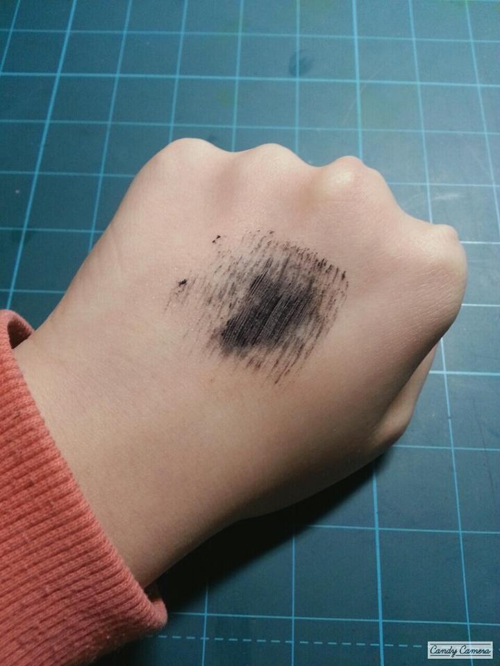 색상은 정말 진한 블랙이에요. 볼륨마스카라라서 섬유질은 없구요, 저는 입구에다가 좀 덜어서 거의 안뭍히고 쓰는데... 입구에다가안덜면 많이 뭉쳐서  ..ㅠㅠ  가격에 비해 많이 아쉬운 제품..ㅠㅜ      @좋아요, 팔로우한번씩 눌러주세요♥