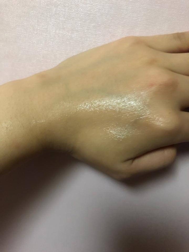 바른쪽과 안바른쪽의 차이 ,, 확실히 도는 광이 다르죠 ? 찍느라 한쪽 손에만 발라보고 한쪽 손에는 안발라 봤는데 즉각적인 미백 효과가 있는 것 처럼 한쪽 피부톤이 조금 더 맑아보이더라구요 !