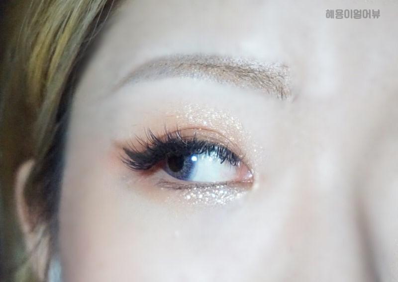 실리콘 팩렌즈의 위엄 답게 착용감 좋고 훌라 없는거 먼저 보여드리고 시작하겠심니다, 헤헿!  눈에 발색하면 외계인 X, 파충류 X 굉장히 다크한 울트라바이올렛 컬러감에 수채화 버전인 것 같은 렌즈 발색력 아닌가용?!