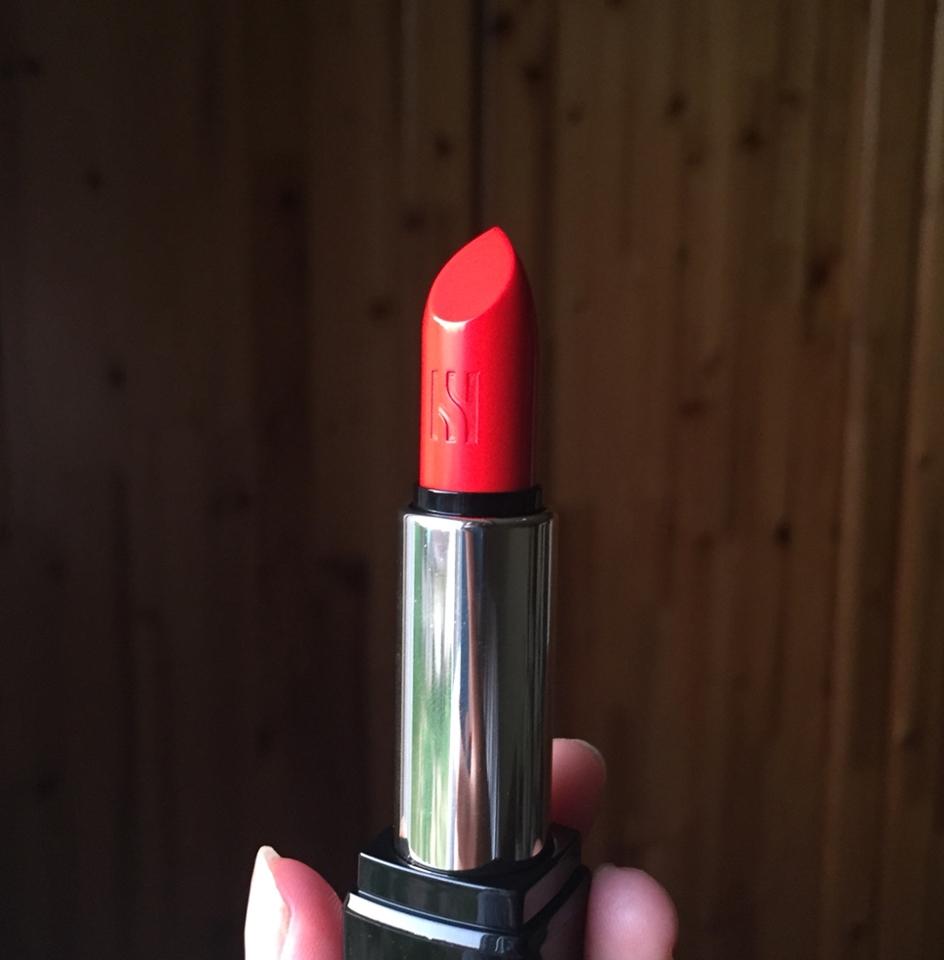 양이 살짝 적긴한데 이쁘면 됐죠ㅎㅎㅎ 립스틱에도 헤라 마크가 새겨져있어요