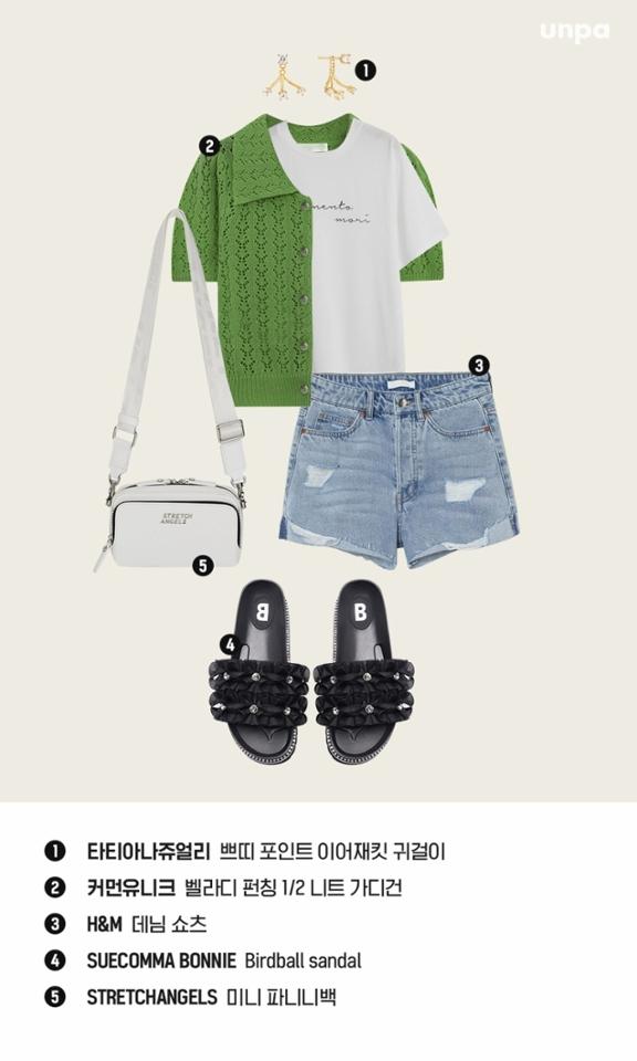 올여름 트렌드, 할머니 옷을 연상시키는 크로쉐 아이템을 적극적으로 활용해보는 것을  추천해 :)  이너로 입은 흰색 티셔츠가 꾸안꾸 느낌을 주면서 여름과 잘 어울리는 초록색 니트와 화이트 컬러 악세사리가 시원한 청량감이 느껴져