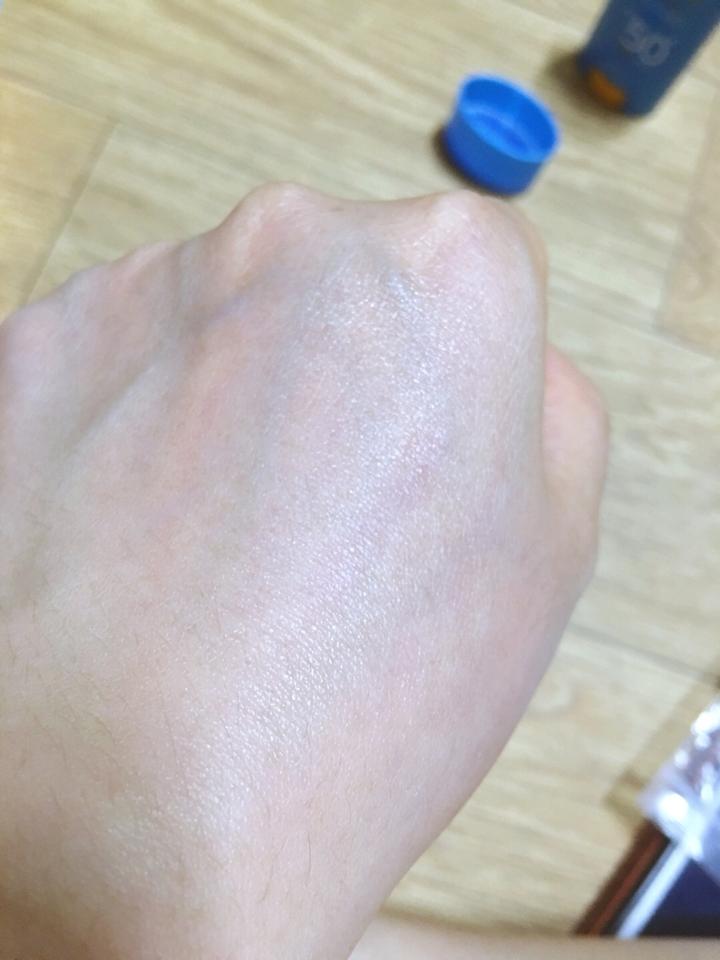 손등에 발라봤다 반질반질하다 내 손 원래 푸석푸석한데... 생기있어보인다 유분기 있어보이지만 저번에 썼던 선스틱도 이런 느낌 ㅋ