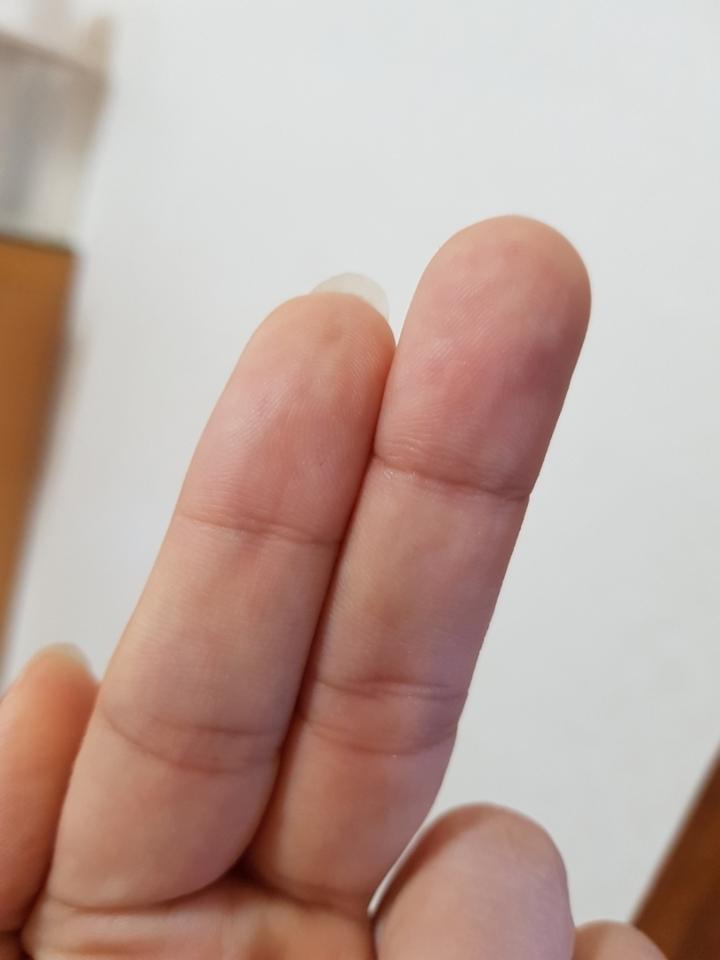 일반솜에 토너를 덜고 만져보았더니  토너를 솜이 흡수해서 제손가락에 묻지 않고 마른느낌 .피부정리해보니 뻑뻑한 느낌으로 불편했어요ㅜㅜ