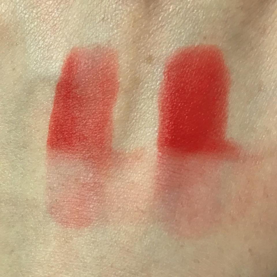 손등 발색 입니다! 아랫쪽에는 바른후 몇분 있다가 휴지로 닦아줬어요! 착색이 있긴 하지만 크진 않았어요ㅎ 딱 레드 오렌지 색상입니다 매트 타입이지만 크레파스 질감은 아니고 부드럽게 발리는 타입입니다!