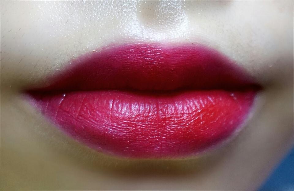 풀발색!! 진한 딥레드컬러!! 입술두꺼워서 입술만보여요 ㅋㅋㅋ 이렇게 채워바르는사람은 드물들해요...색이완전진해서 ㅋㅋㅋ 보송보송하게 발리는데 각질부각이나 주름끼임도 없고 막건조하진않아요 조금 건조하긴하지만 .. 리뷰 봐주셔서 감사합니당😃😃