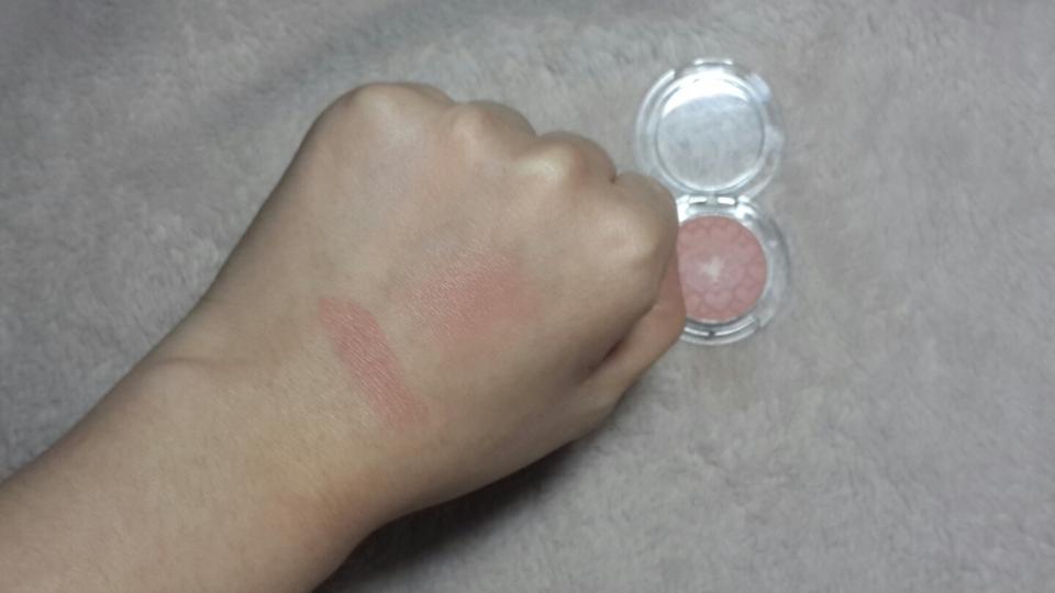 왼쪽은 손으로 한 번 문질한 발색 오른쪽은 한 번 발색해서 펼쳐줬어요.