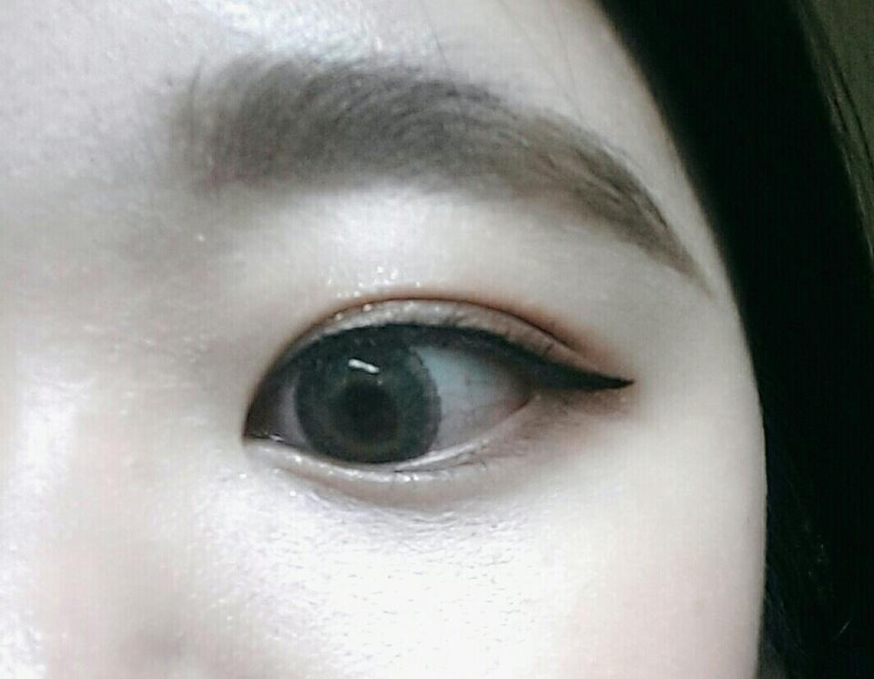 아이라인은  데페이스샵 풋펜라이너 마스카라는 메이블린 뉴욕 검은색 렌즈는 렌즈미꺼 인데 이름을 모르겠어요!