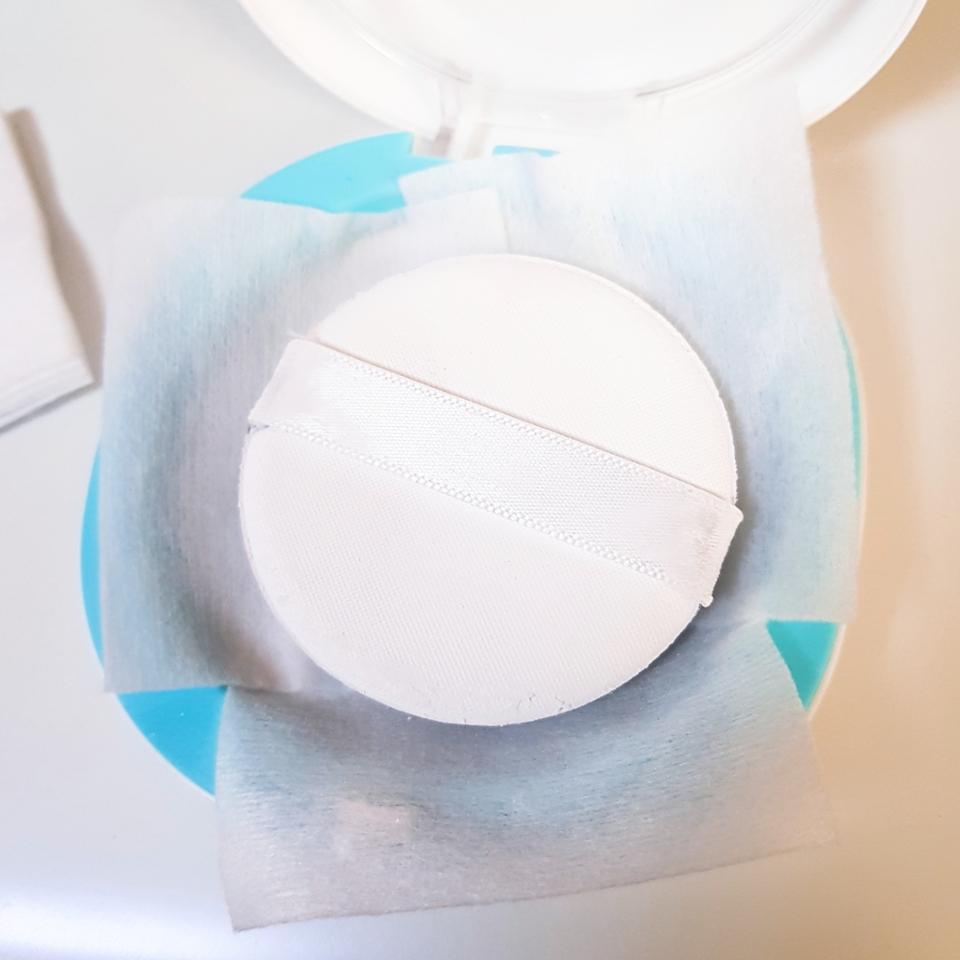 얇은 화장솜을 깔아주고 집에 있는 스킨, 토너 등 액체류를 아무거나 톡톡 부어준 후에 꾹꾹 눌러줍니다!