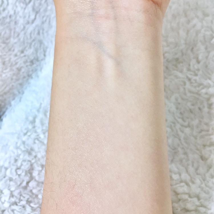 스며들었을 땐 피부가 땡기지 않아서 좋았어요 :-)  제가 수부지 피부인데 , 속당김도 꽉 잡아줬어요 !! 그리구 모공이 조여지는것처럼 보여서 좋았어용 🥰