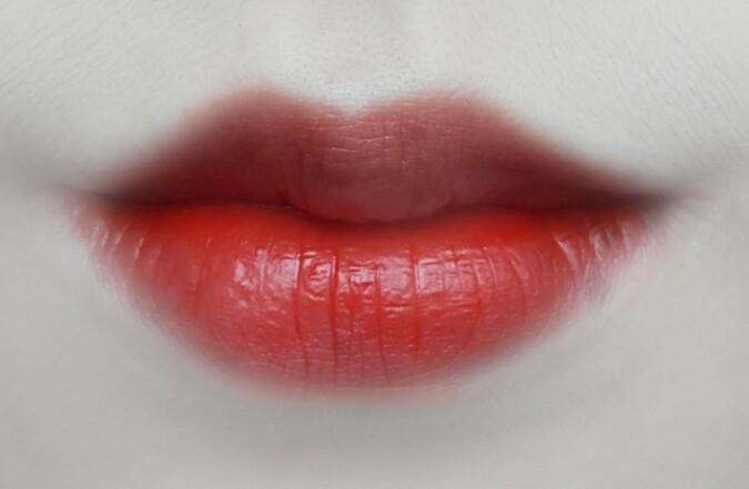 입술에 발랐을때 건조한느낌은 별로 없어요. 하지만 질감은 좀 매트해요.