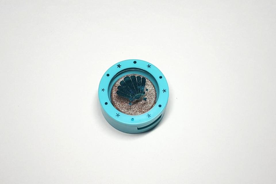 아리따움 모노아이즈 '미드나잇오션' 색상이에요  머메이드 컬렉션으로 나온거라 파란 케이스에 반짝이는 조개가 그려져 있어요
