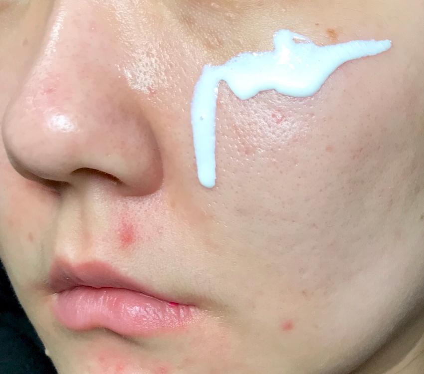 얼굴에 한번 발라볼게요 :)  얼굴에 짜면 바로 주르륵 흘러요!  대신 얼굴에 뭉치지 않게 잘 발리니까 좋더라구요!