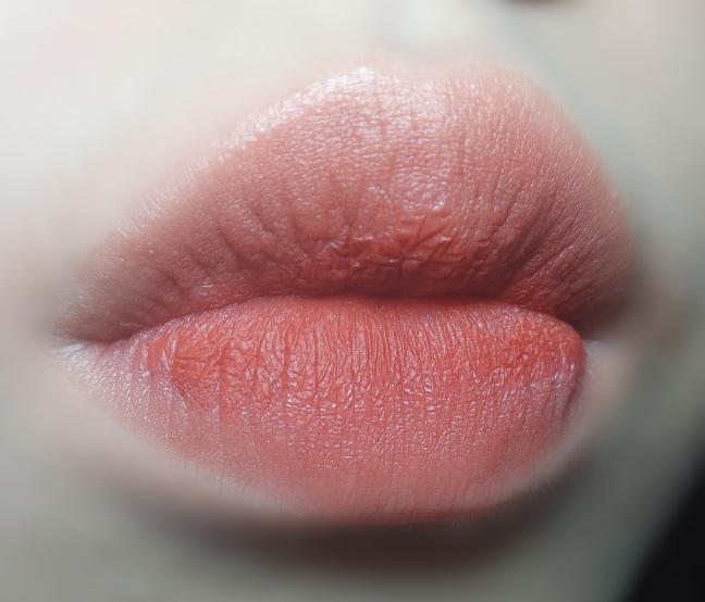 오랜만에 건진 예쁜 립 발색입니다..❤❤ 정말 잘 나와서 기분이 좋네요😆 색상이 연하게 나온 감이 있는데 브릭컬러에요! 봄웜분들이 사용하셔도 예쁘지만 갈웜분들이 사용하시면 더욱 예쁠 것 같았어요!! 다른 립과 조합읗 만들어서 사용해도 정말 대박입니다👍🏻👍🏻