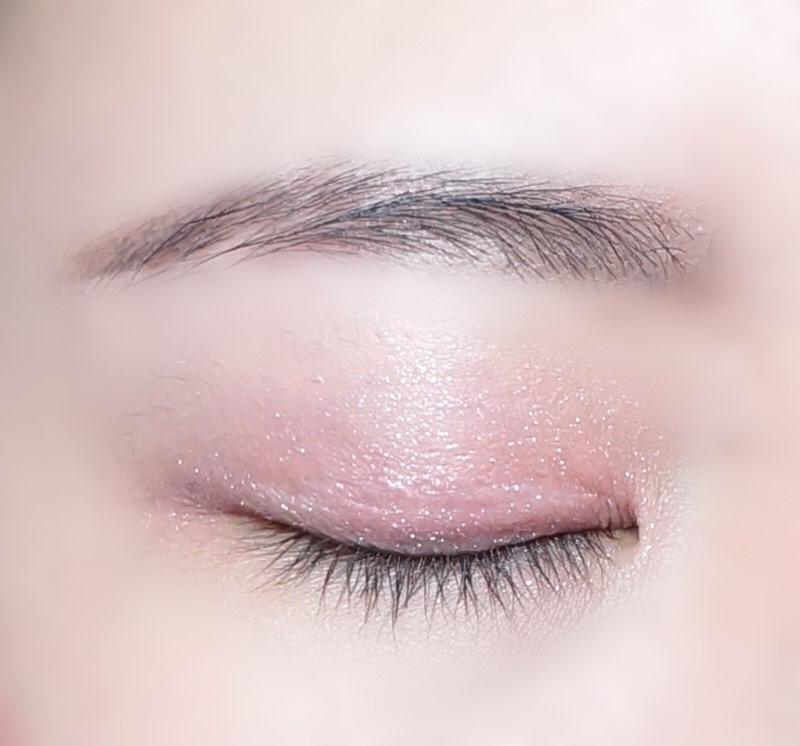 눈두덩이에서도 단독으로 바르면 맑고 투명한 핑크색 색감과 촤르르한 바셀린펄감이 아주 영롱하고 이쁜 아이섀도우에요! 실물 펄감이 최고 ㅠㅠ