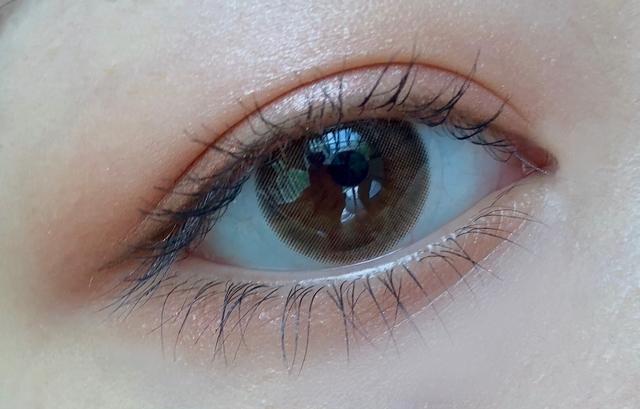 색감이 정말 자연스럽고 예뻐요!!  그래서 내 눈동자 같이 티 안나게 이쁘게 만들어줘요  저는 눈동자가 작은 편이라 딱 13.0 직경이 눈동자를 딱 예쁘고 또렷하게 만들어주더라구요 ヽ( ★ω★)ノ  *저는 따로 훌라현상이나 불편함 없었어요!!!!**