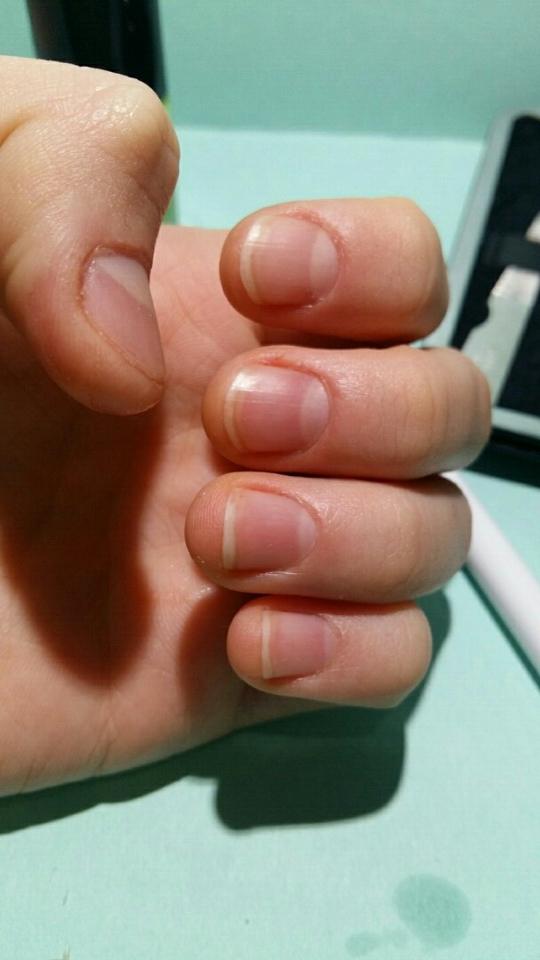 큐티클제거가끝나면 깨끗하게 손을씻고 핸드크림을 발라줘야해요~ 푸셔로 밀면서 손톱에 미세한상처나 손톱부분이 건조하기때문에! 꼭 듬뿍 발라줍니다