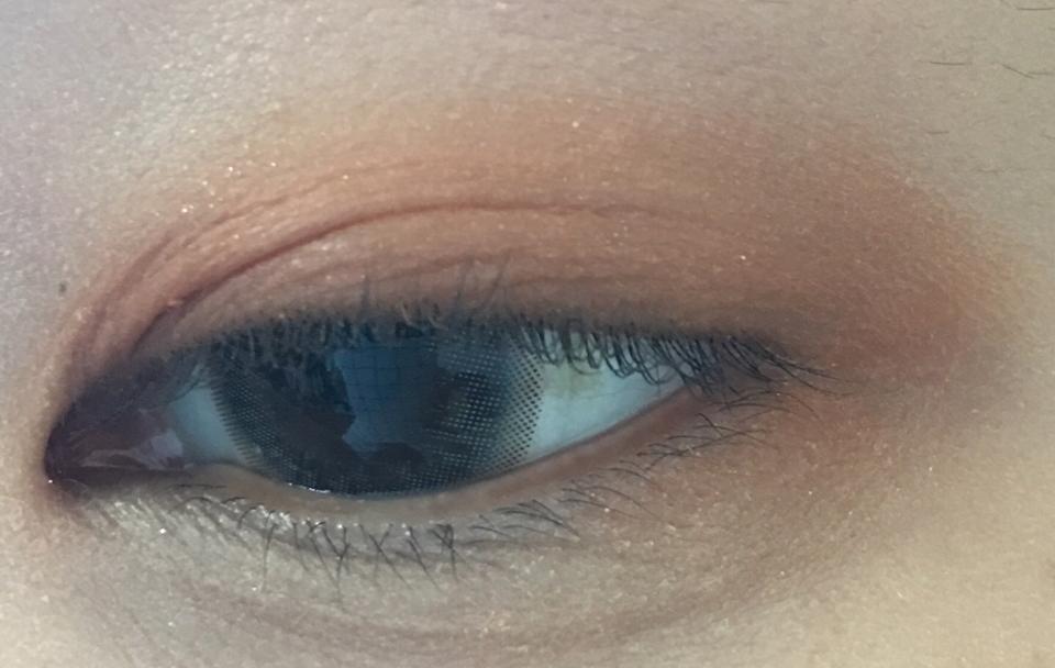 눈에 얹었어요 조명이 어두워서ㅠㅠ 색이 좀 브라운끼가 도네요ㅠㅠ