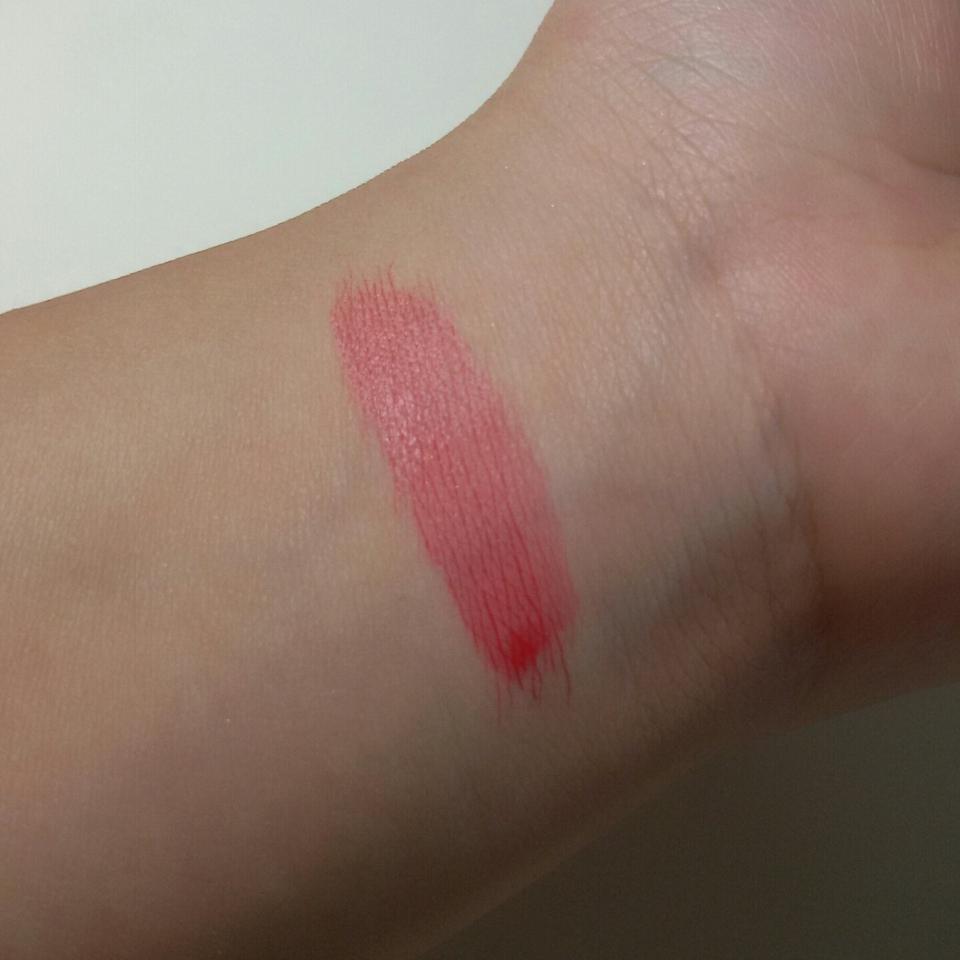 손목에 한번 발색해봤어요! 한번만 발라도 이쁘게 잘되죠ㅎㅎ 완전 워터틴트라 그런지 빠르게 퍼져나갔어요