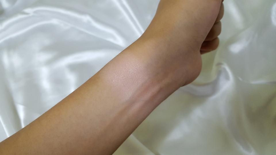팔목에 손가락으로 발색해보았습니다.  강렬한 햇빛에 잔뜩 그을린 제 팔에서는 정말 흰끼냥냥함을 뽐내더라구요. 복숭아요거트분말스럽기도하고 피치핑크스러운 컬러로 보였습니다.