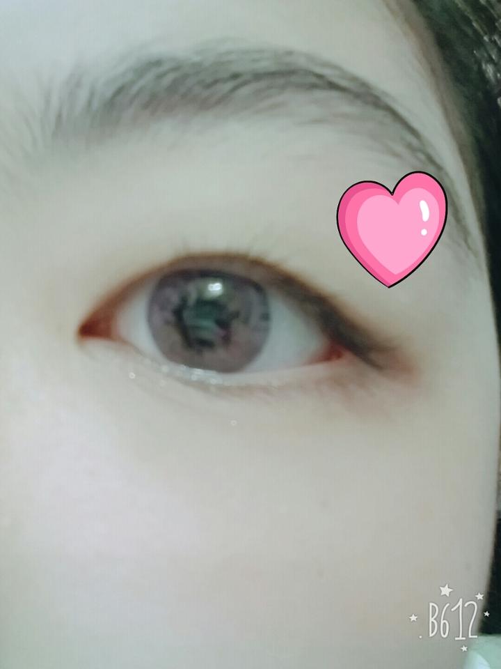 꼈을때❤이사진이 가장실제색처럼 나온거같아요! 색 되게이쁜거같아요👍👍 하지만 저한테는 핑크가 잘안어울리는거 같더라구요ㅠ슬픔..근데 이렌즈낄때 제가 눈이약해서 그런지는 모르겠지만 살짝 눈이불편?한게 있더라구요 살짝따갑기도 했던거같아요