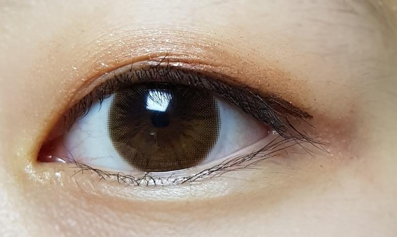 착용샷입니다!!  어때요?? 완전 자연스럽지 않나요??  사진은 가까이서 찍었다보니 렌즈의 무늬가 잘 보이는데 실제로 사람을 만나 상대가 보기에는 렌즈 안낀 그냥 밝은 눈동자 컬러입니다ㅎㅎ
