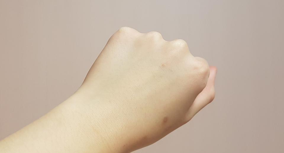 아무것도 바르지 않은 손이에요!!