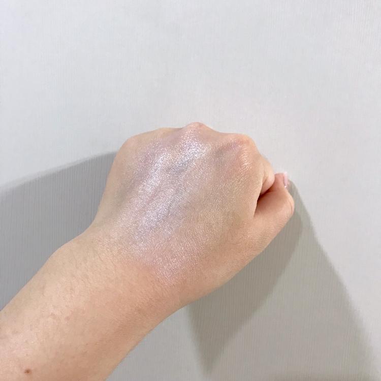 슥슥 로션처럼 발려서 너무 좋았어요!!  그리고 요 제품은 윤광 베이스를 대신해도 될 정도로  윤기나는 피부를 만들어준다고 해요~!!  따로 베이스를 바르실 필요 없습니다