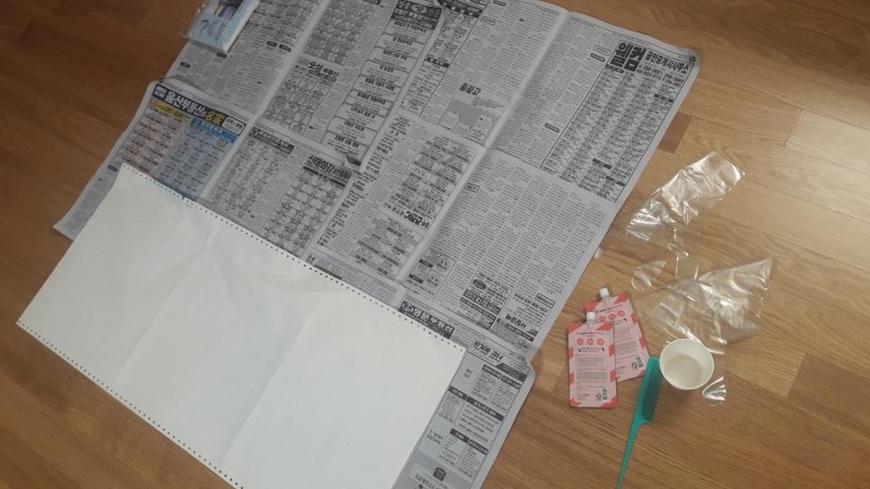 일단 준비물입니다! 혹시 튀길까봐 바닥에 신문지깔고, 염색하기 위한 볼(없어서 종이컵으로 대체), 빗, 위생용 장갑을 준비해주세요! +저처럼 섹션 나눠서 하실 분들은 쿠킹호일도 필수품입니다!