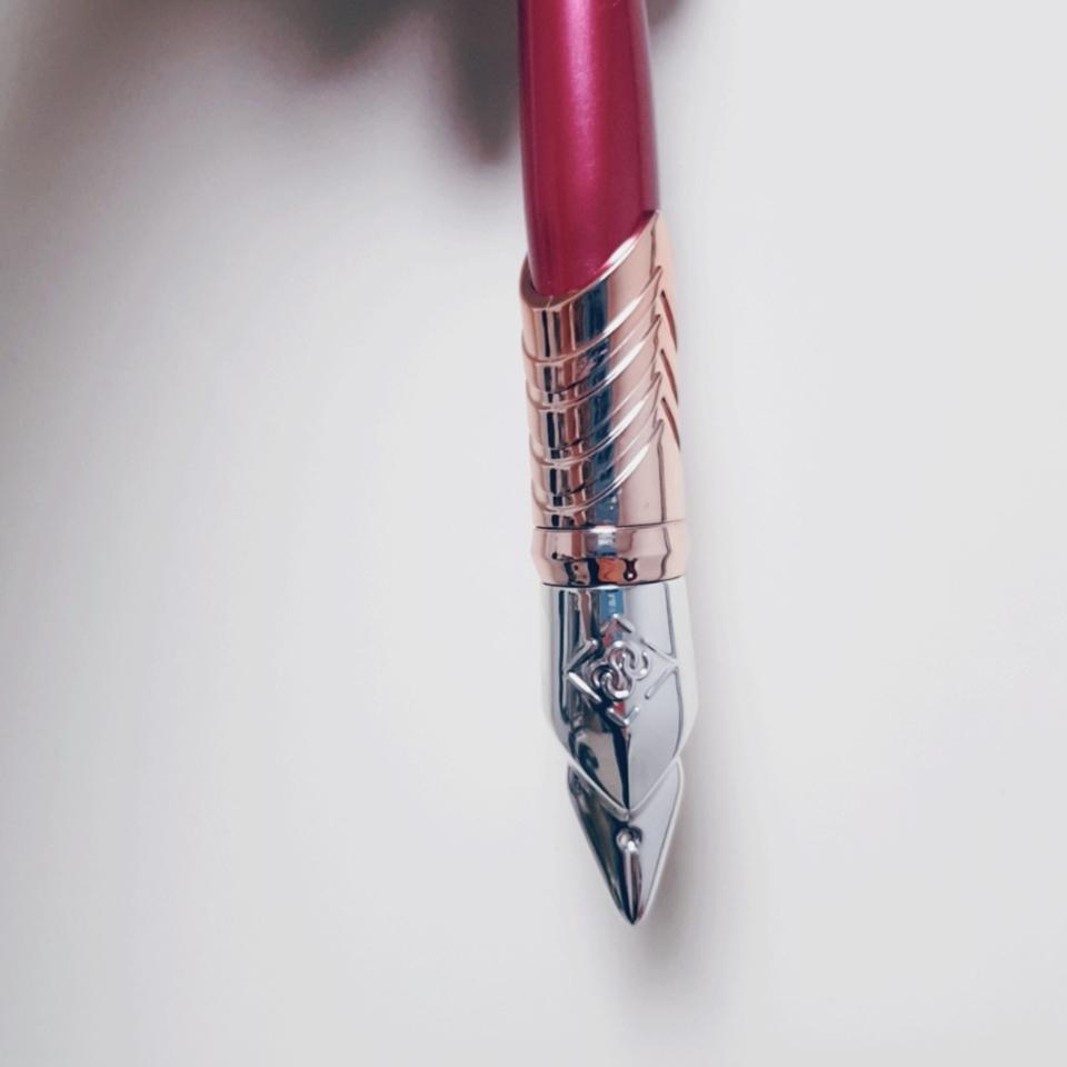 잉크펜 컨셉인것같아요! 디자인은 좋으나 세울 수 없다는점이 아쉬워요