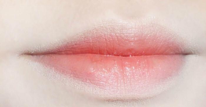 전 평소에 입술색이 진짜 없는편이라서 .. 하얘요 입술이 ㅋㅋㅋㅋ 진짜 하얌  쌩얼에~ 입술만 레드나 오렌지 핑크로 물들어있음 진짜 이상하잖아요 ., 피부 더 노래보이고 요런 컬러로 생기주면 더 자연스럽 