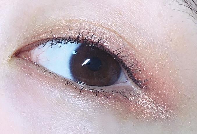 핑크 얹음...✨✨✨✨✨ 굵은 펄 입자로 윤기라기보다는 별처럼 반짝반짝 청순한 눈으로 만들어줘요😳