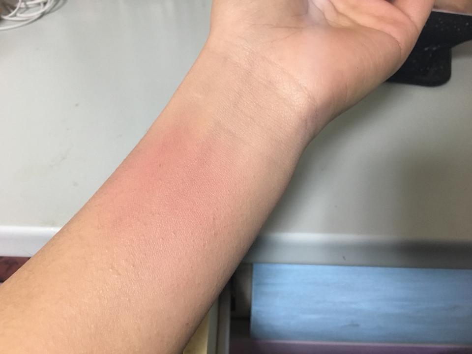 팔목 발색샷이에요 색이 참 이쁜데 손으로 했을 때는 발색이 매우 약해서 여러번 덧칠했어요ㅠㅠ