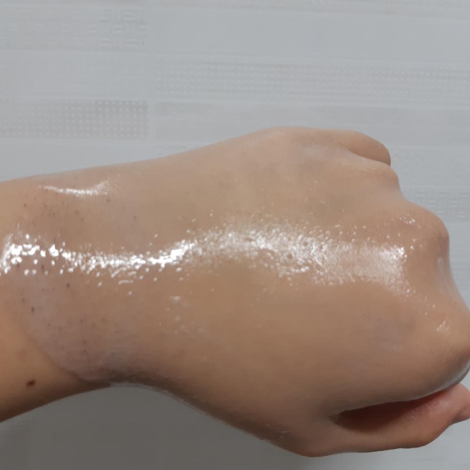 지우다 보니 저도 놀랐어요 진짜 잘 지워지더라고요 제 손목쪽 보면 더러운 찌든물 보이시죠 엄청 깨끗이 잘지워져요