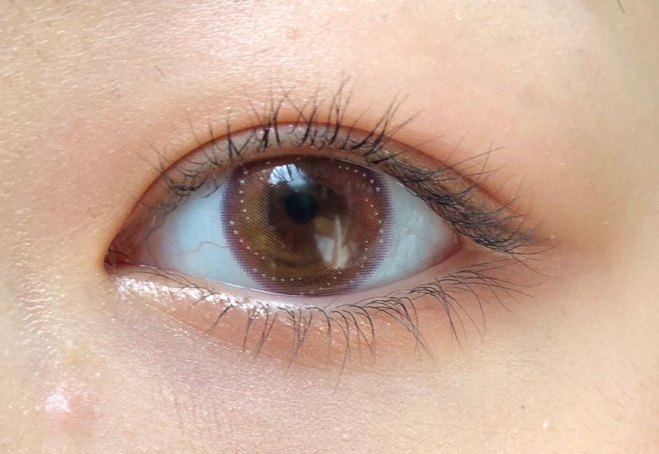 간단하게 핑크브라운 음영 메이크업을 한 모습입니다!  음영메이크업이나 봄에 어울리는 핑크로 화사한 메이크업을 해도 렌즈랑 잘 어울리더라구요!  렌즈를 꼈을 때 눈동자 색에 따라 겉에 보라색이 핑크색으로도 보여질 수 있습니다! 그래도 보라색이 겉에 있어서 눈이 혼혈렌즈처럼 흐릿하게 보이진 않았어요!!  그리고 전체적으로는 눈동자를 오렌지브라운 색으로 바꿔줍니다!! 가까이에서 봤을 때는 디자인으 뚜렷하게 다 보이지만 멀리서 보면 전체적으로 밝은 오렌지브라운 느낌이 강했어요!