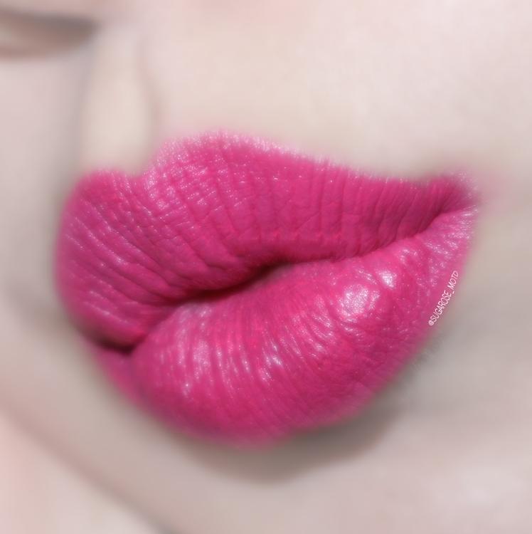 츳츳은 정말 완전 봄스러운 핑크색상?  살짝 푸른빛이 도는 느낌이라서   청량한 느낌을 주는 핑크색 립스틱이에요