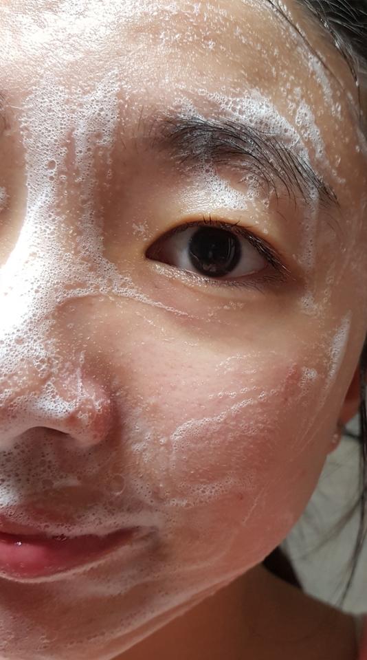 얼굴에 폼클렌징 사용해본 사진이예요!제기준 거품은 잘 나는것 같고 박하라고 하지만 눈떠도 아프지 않았고 이름처럼 얼굴이 시원한느낌도 별루 없었어요!